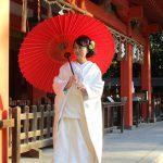 白無垢で住吉神社の境内を