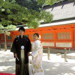結婚式前に住吉神社の楠を背に