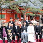 住吉神社の本殿を背景に