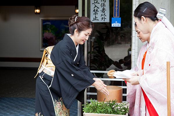 太宰府天満宮における結婚式前の手水