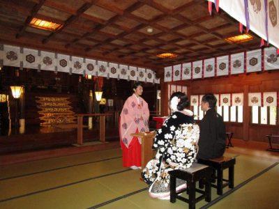 十日恵比須神社で巫女さんより式典説明