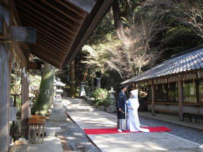 神社挙式で綿帽子を身に付け婚礼写真