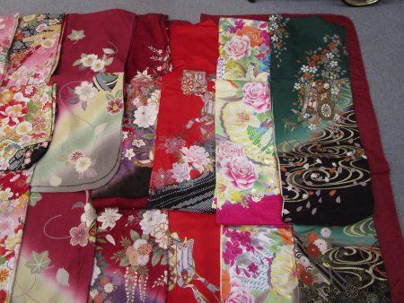 様々な色と花柄の御振袖